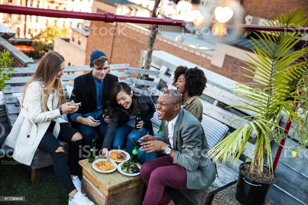 Freunde feiern auf Dach in New York Manhattan, – Foto