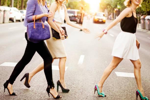 friends - street style stockfoto's en -beelden