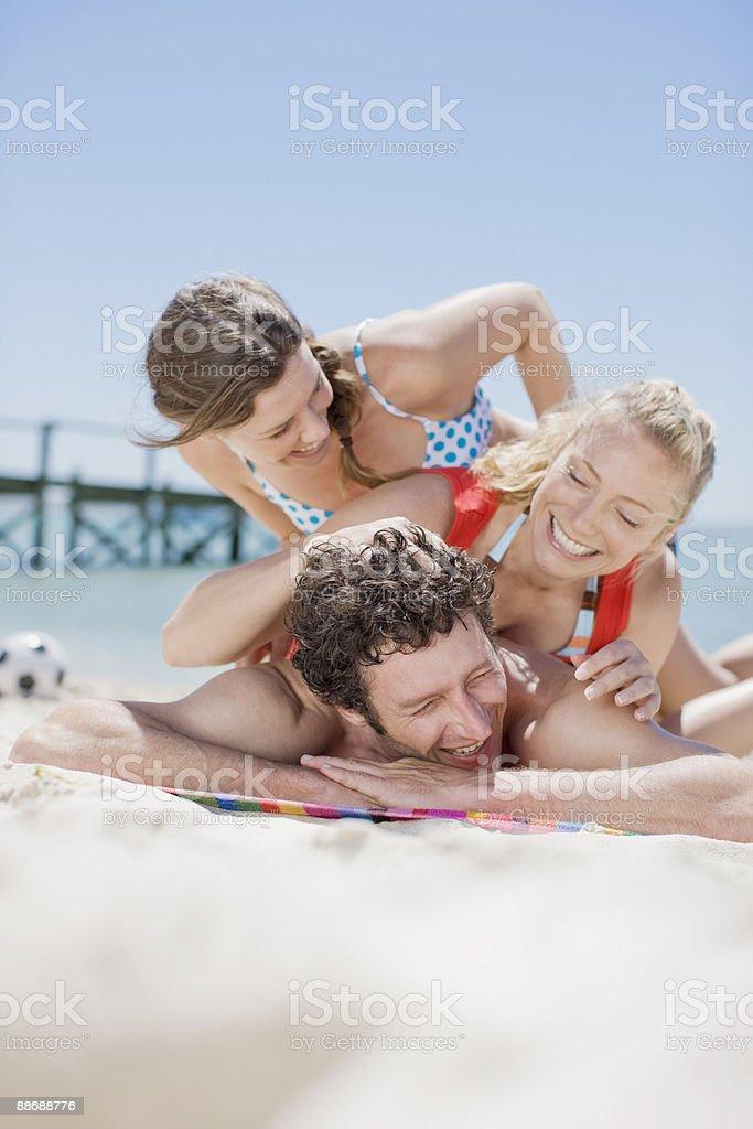 Amis venue sur les uns les autres à la plage photo libre de droits