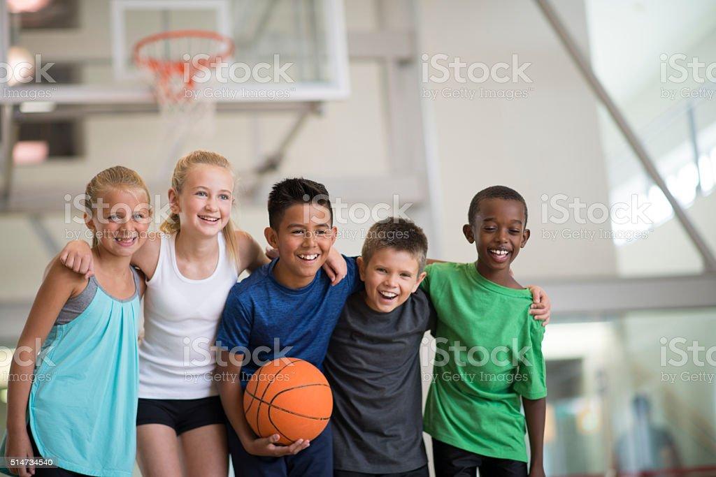 Freunde spielen mit einem Basketball-Spiel – Foto