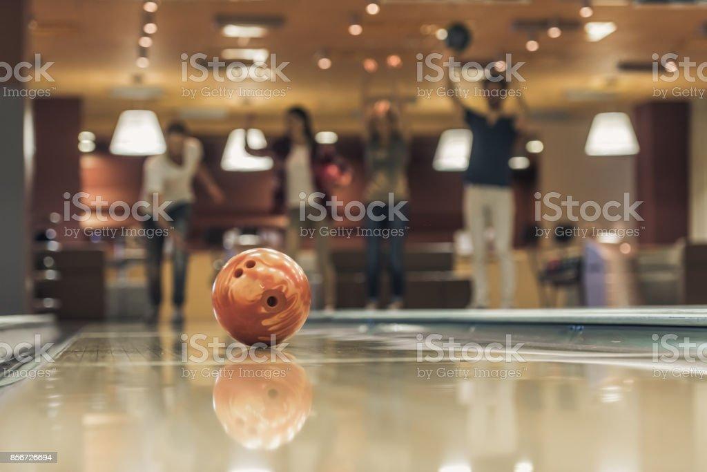 Freunde spielen bowling – Foto