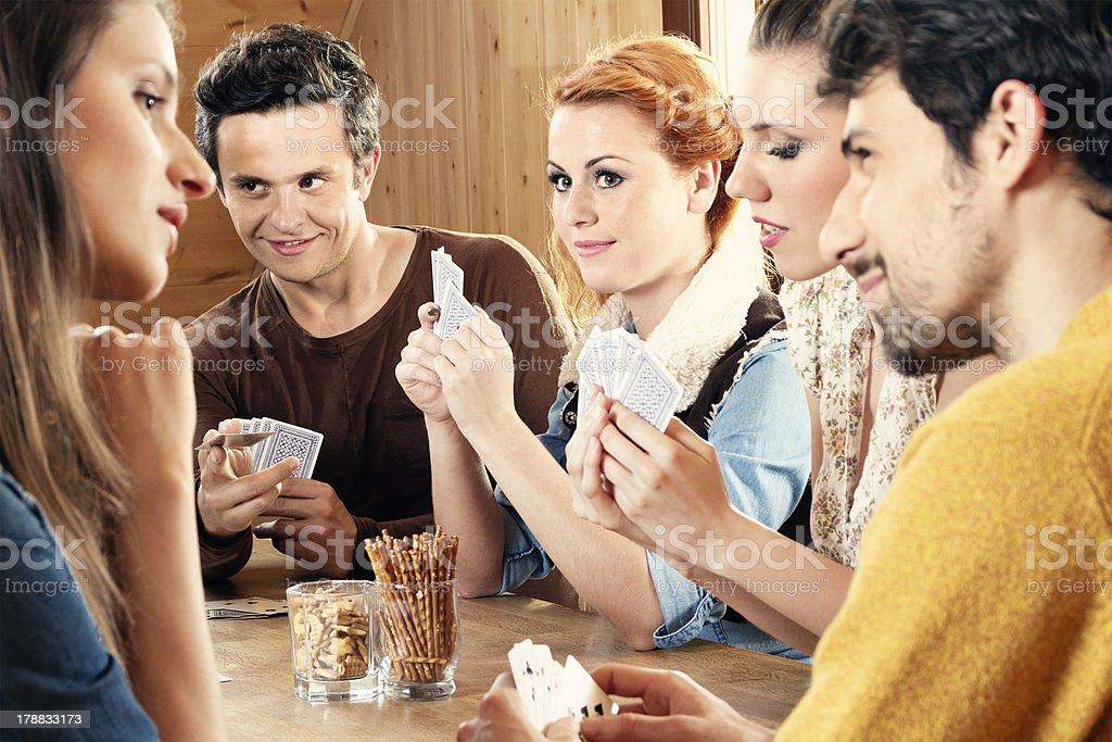 Znajomych, grając w gry w karty – zdjęcie