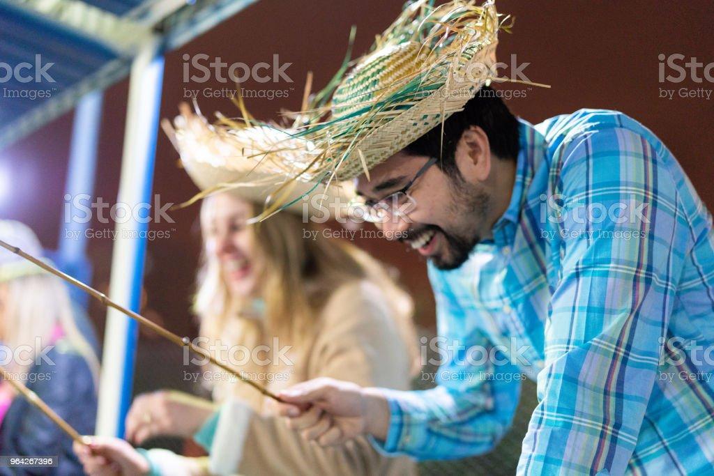 Amigos jogando pesca na tradicional Festa Junina brasileira - foto de acervo