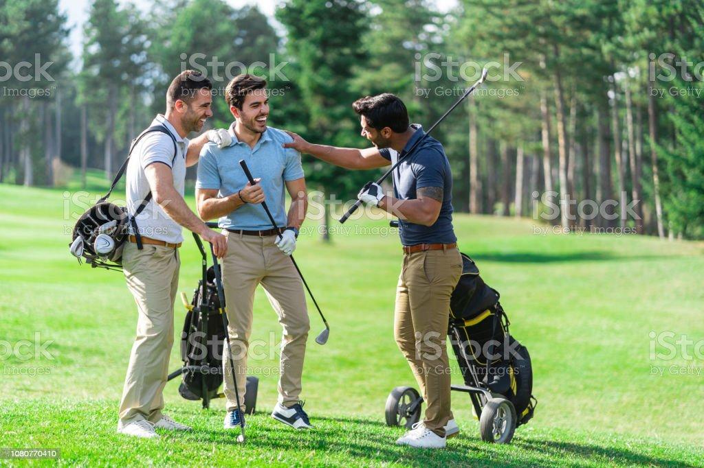 Freunde spielen Golf auf einem schönen sonnigen Tag – Foto