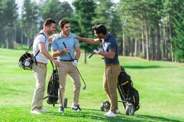 美しい晴れた日にゴルフ友達 - ゴルフの写真 ストックフォトと画像