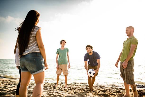amigos a jogar futebol na praia - futebol de areia - fotografias e filmes do acervo