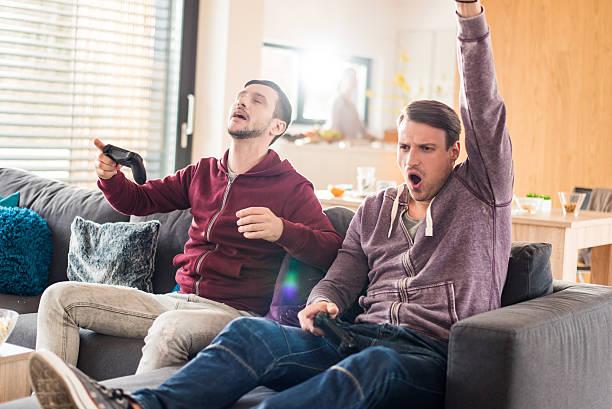 amigos, jogar jogos de vídeo - man joystick imagens e fotografias de stock