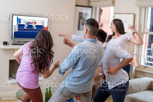 Freunde Spielen Von Videospielen Stockfoto und mehr Bilder von Fernseher