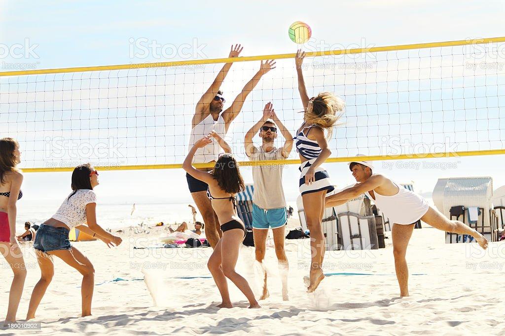 Amigos jugando volleybal - Foto de stock de Actividad libre de derechos