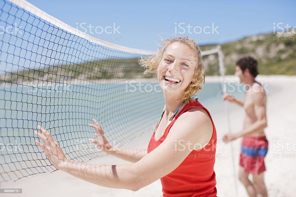 Amis, jouer au volley-ball sur la plage photo libre de droits