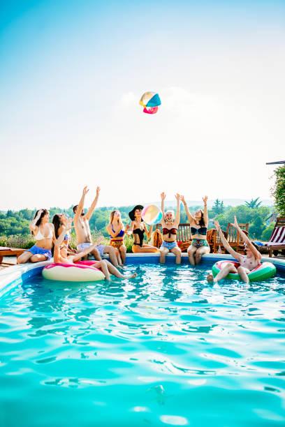 Freunde mit Wasserball im Pool spielen – Foto