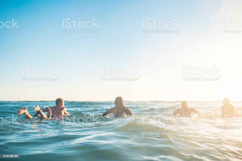Freunde im Meer Surfen wird vorbereitet – Foto