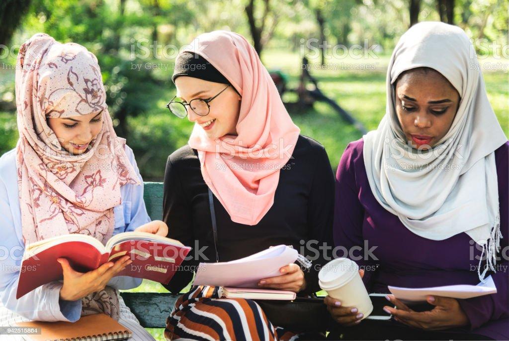 Freunden zu lesen buchen Sie zusammen im park – Foto