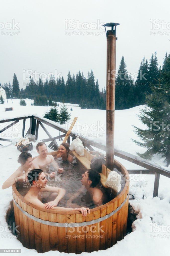 Amis de repos dans des spas en bois - Photo