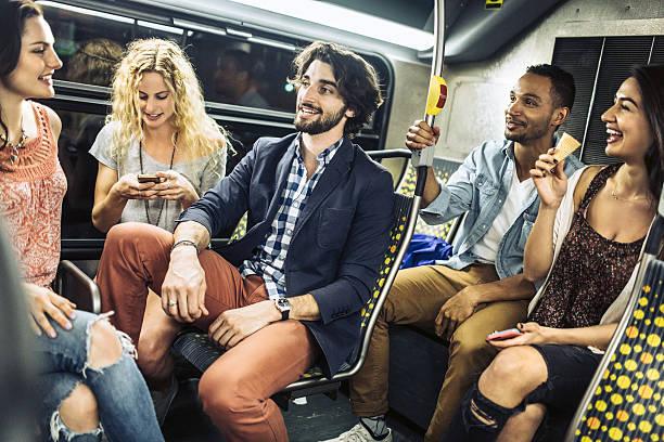 freunde mit city metro-bus - tour bus stock-fotos und bilder