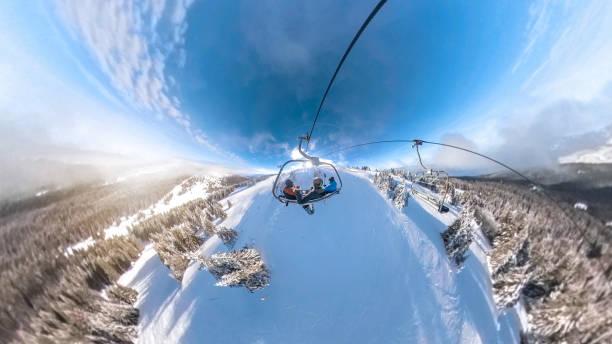 amigos montar un teleférico en una montaña nevada - 360 fotografías e imágenes de stock