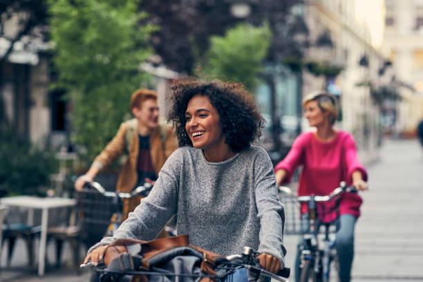przyjaciele jazda na rowerach w mieście - wypoczynek zdjęcia i obrazy z banku zdjęć