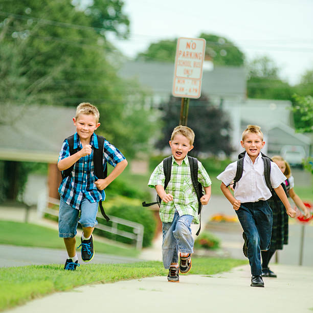 ご友人とご一緒にランニング学校 - 小学校低学年 ストックフォトと画像