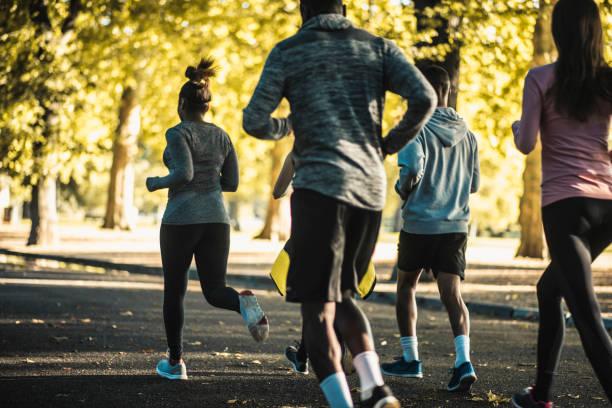 Freunde, die zusammen im Park laufen – Foto