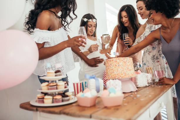 amigos que comparten el amor y apoyan a la mujer embarazada - baby shower fotografías e imágenes de stock