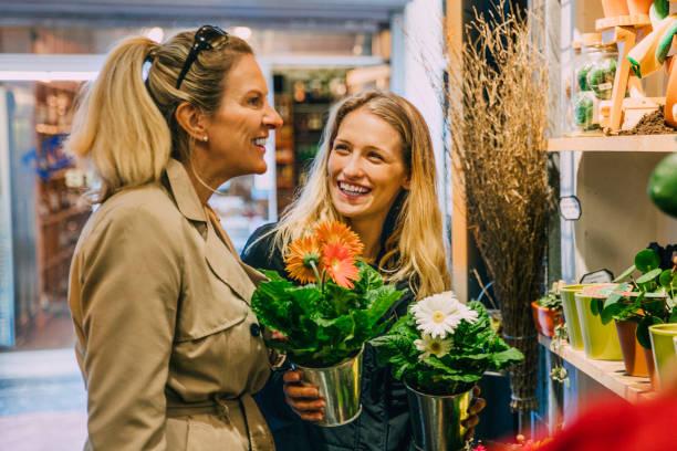 在阿姆斯特丹購物的朋友 - small business saturday 個照片及圖片檔