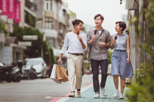 Freunde einkaufen – Foto