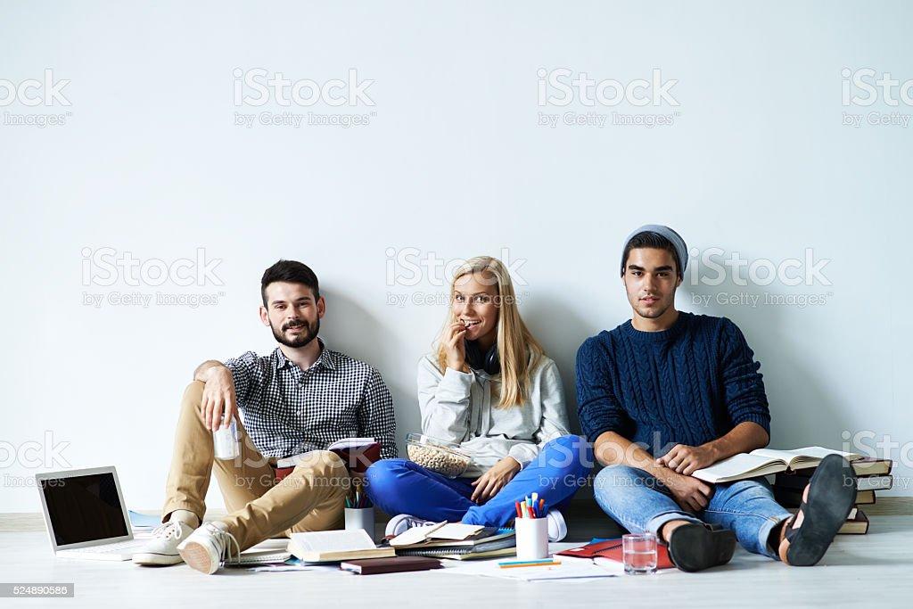 Amis assis sur le sol - Photo