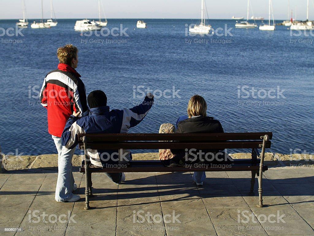 Przyjaciele Siedzieć na ławce zbiór zdjęć royalty-free