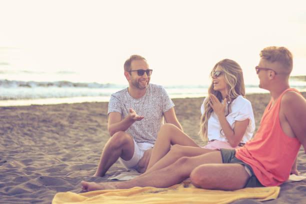 Los amigos que pasan tiempo en la playa - foto de stock