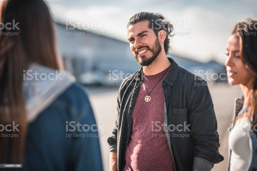 Freunde stehen und reden auf der Straße von Los Angeles – Foto