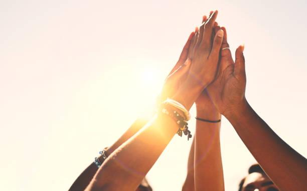 friends stick together! - comemoração conceito imagens e fotografias de stock