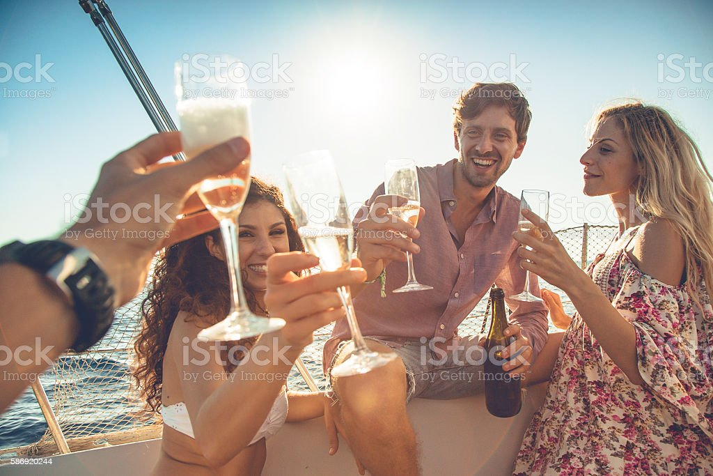 Friends summer vacation: party on a sailing yacht - foto de stock
