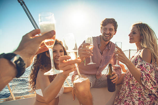 Friends summer vacation: party on a sailing yacht - fotografia de stock