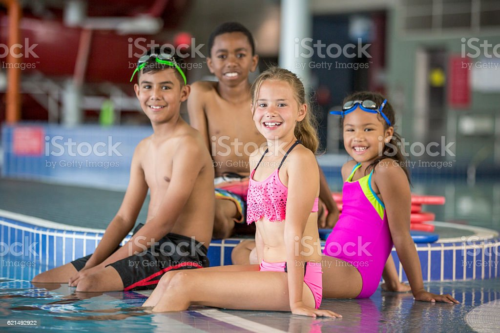 Friends Swimming at the Pool photo libre de droits