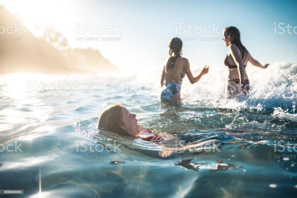 Freunde, Schwimmen im Meer im Sommer – Foto
