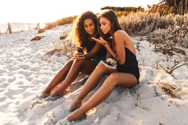 freunde nehmen selfie am strand - schönen abend bilder stock-fotos und bilder