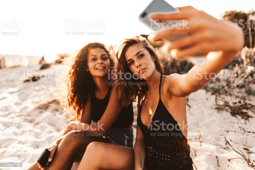 Freunde nehmen Selfie am Strand – Foto
