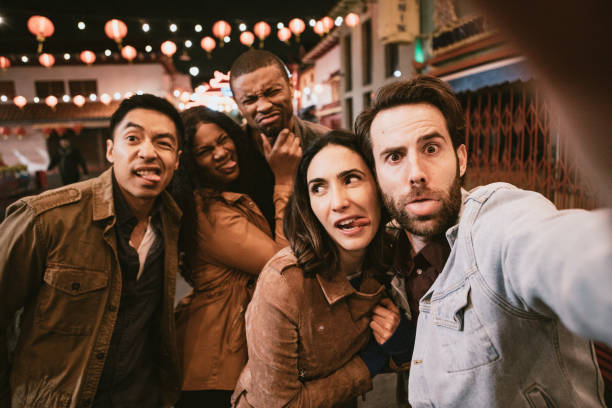 Freunde nehmen Selfie in Chinatown Downtown Los Angeles At Night – Foto