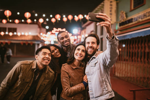 friends take selfie in chinatown downtown los angeles at night - amici foto e immagini stock