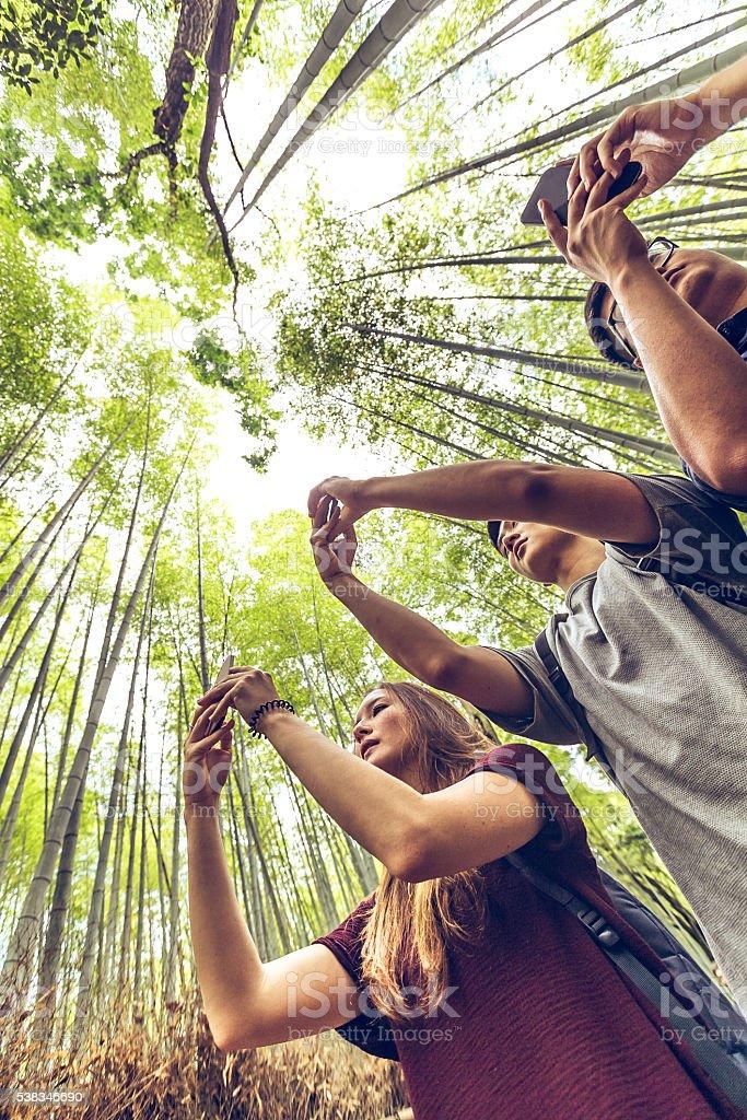 Amici prendendo foresta di bambù foto di Arashiyama, a Kyoto, Giappone - foto stock
