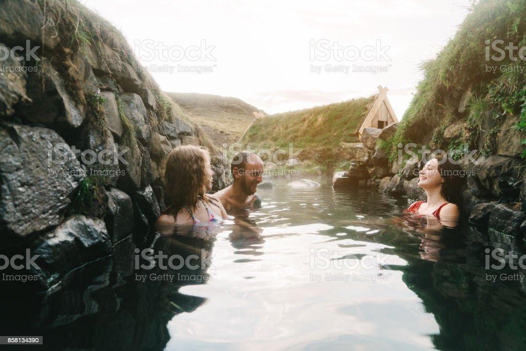 Freunde, Bad in heißen Quellen – Foto