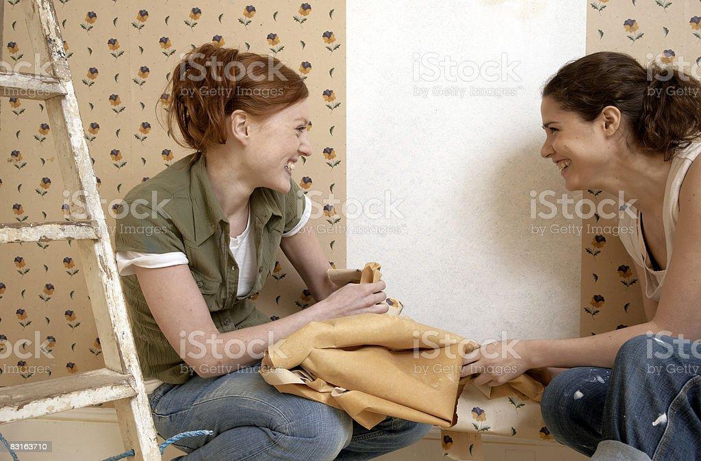 Amigos teniendo por un panel de papel tapiz foto de stock libre de derechos