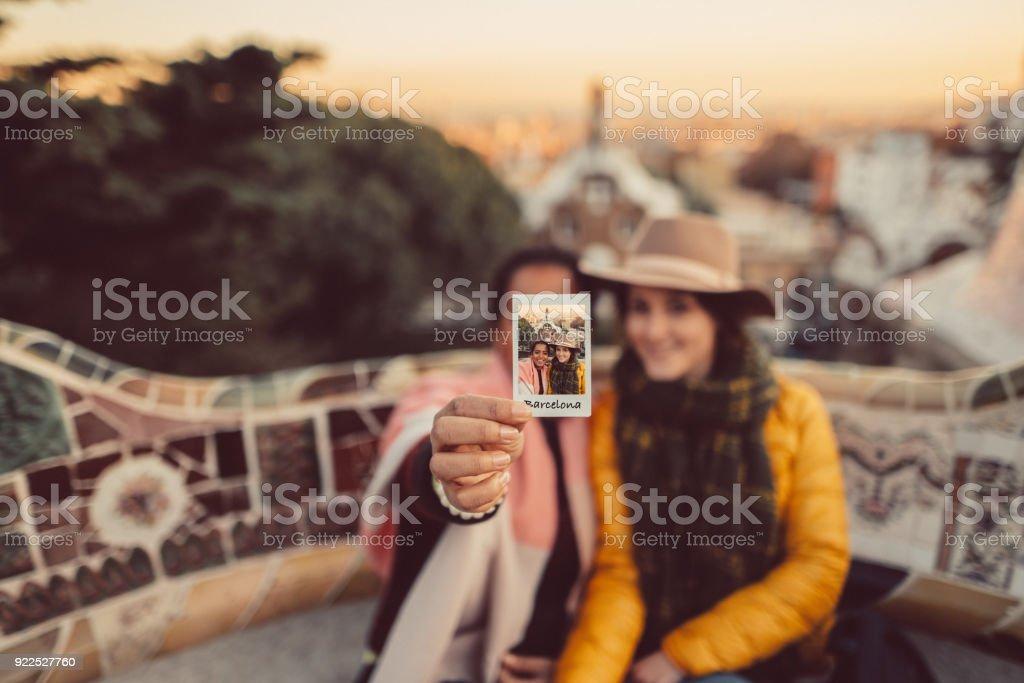 Amigos tomando selfie no Parque Guell, Barcelona - foto de acervo