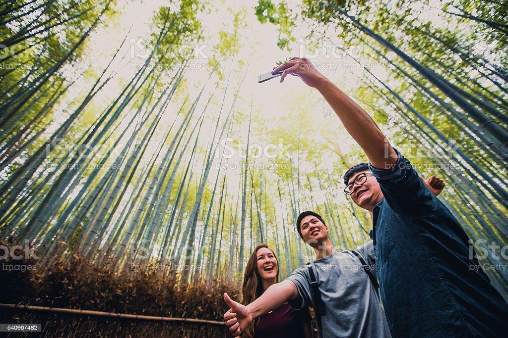 Freunde Ein Selfie Aufnehmen In Der Bambuswald Arashiyama Kyoto