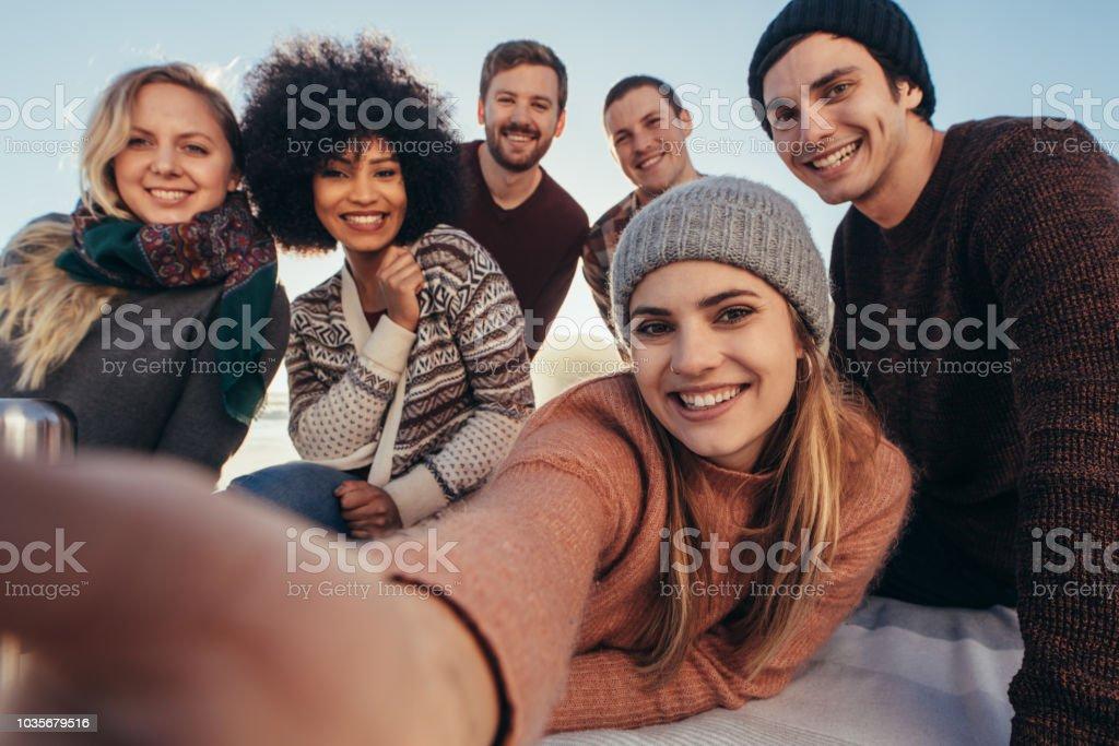 在海灘聚會上自拍的朋友們 - 免版稅一起圖庫照片