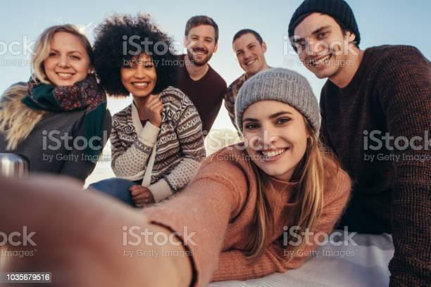 在海灘聚會上自拍的朋友們 照片檔及更多 一起 照片