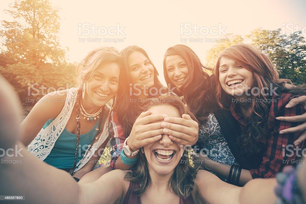 Amigos tirando selfie no parque - foto de acervo