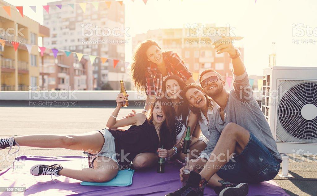 Amigos tomando selfie na cobertura - foto de acervo
