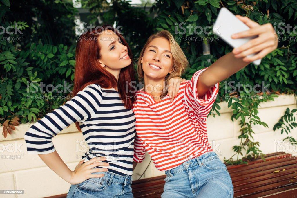 Amigos tomando autofoto juntos - foto de stock