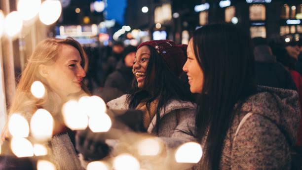 freunde, die selfies - weihnachtsstadt stock-fotos und bilder
